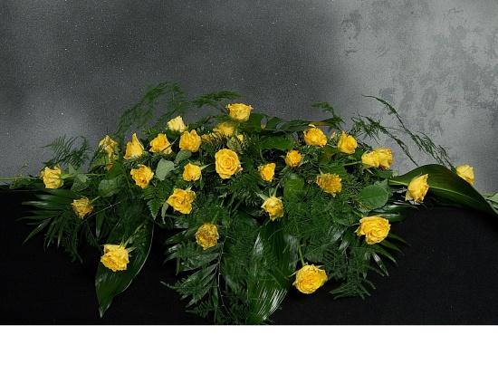 Sargschmuck mit gelben Rosen