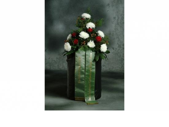 Gebinde mit  weißen Chrysanthemen u. Rosen