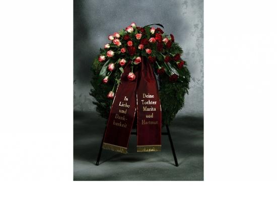 Kranz mit rot-weißen Rosen u. Nelken