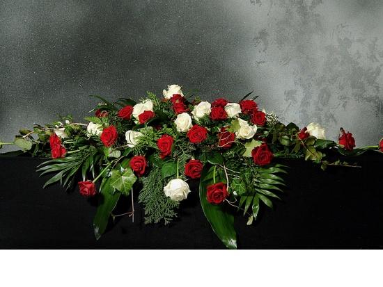 Sargschmuck mit roten u. weißen Rosen
