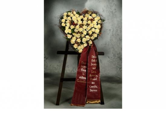 Herz mit cremefarbenen Rosen