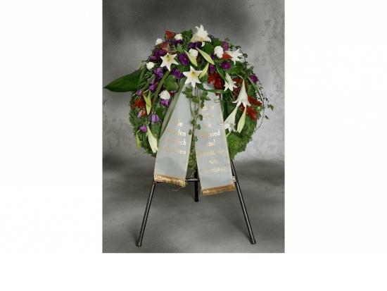 Kranz mit weißen Lilien u. blaue Eustoma