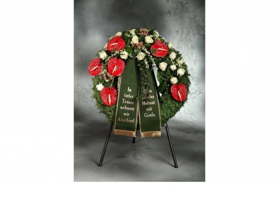 Kranz mit roten Anthurien u. weißen Rosen