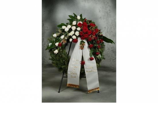 Kranz mit roten u. weißen Rosen